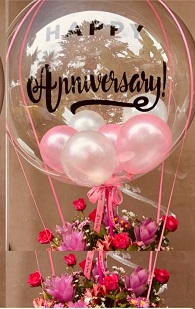 Happy anniversary transparent printed transparent balloon with 4 pink and red balloons and 20 pink roses arrangement
